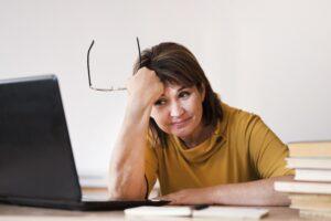 nauczyciel zmęczony przy laptopie